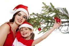 二个姐妹和圣诞树 免版税库存照片