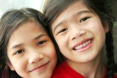 二个姐妹微笑 免版税库存照片