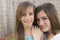 二个姐妹纵向 免版税库存照片