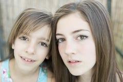 二个姐妹纵向 图库摄影