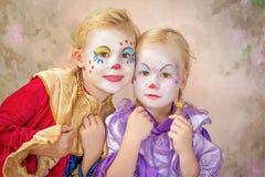 二个小丑女孩被绘 免版税库存照片