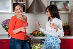 二个少妇在现代厨房里 免版税图库摄影