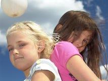 二个年轻人的回到女孩 免版税库存照片