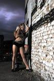 二个性感女孩摆在室外 免版税库存图片