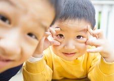 二个愉快的亚洲孩子 免版税库存照片