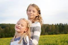 二个拥抱的逗人喜爱的小女孩纵向 免版税图库摄影