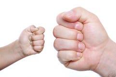 二个拳头,大和小 库存照片