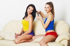 二个新美丽的女孩纵向  免版税库存图片