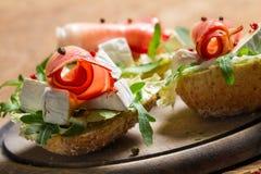 二个新鲜的三明治由帕尔马火腿和咸味干乳酪乳酪制成 库存照片