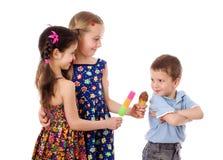二个有冰淇凌的女孩和男孩 免版税库存图片