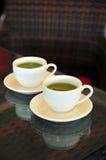 二个杯子在藤条表的热绿茶 库存图片