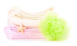 二个毛巾、浴海绵和海星 库存图片
