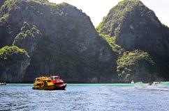 二个汽船在热带海运 库存图片