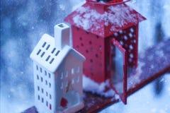 二个灯笼 斯诺伊冬天早晨在公园 库存图片