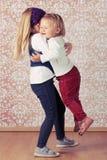 二个爱恋的姐妹 免版税库存照片