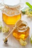 二个瓶子菩提树蜂蜜 免版税库存图片