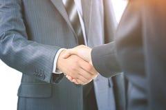 二个生意人的信号交换,同意在合同 免版税图库摄影