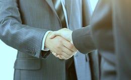二个生意人的信号交换,同意在合同 免版税库存图片
