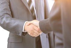 二个生意人的信号交换,同意在合同 免版税库存照片