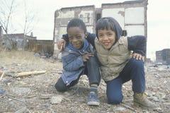 二个种族男孩在少数民族居住区, 免版税库存照片