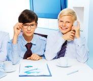 二个聪明的孩子在办公室 免版税图库摄影