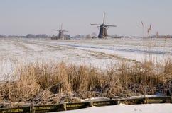 二个荷兰语磨房在冬天 免版税库存图片