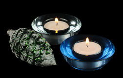 二个通报蜡烛和圣诞节结构树装饰 免版税库存图片