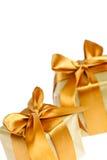 二个金黄被包裹的礼物盒 免版税库存图片