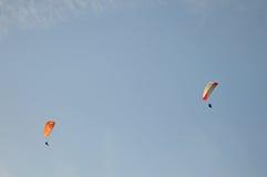 二个滑翔伞 库存图片