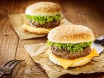 二乳酪汉堡用肉、乳酪和沙拉 图库摄影