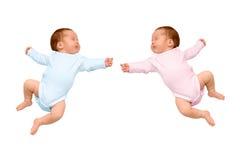 二休眠的新出生的婴孩同卵双生 免版税库存图片