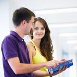 二位大学生在图书馆里 免版税库存照片