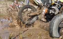 二冲程发动机在泥泞的轨道的Enduro自行车 免版税库存照片