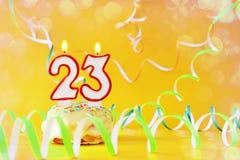 二十三年生日 与灼烧的蜡烛的杯形蛋糕以第23的形式 库存图片