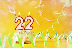 二十二年生日 与灼烧的蜡烛的杯形蛋糕以第22的形式 库存照片