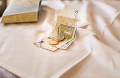二十五张欧洲钞票和一家付款存款帐户咖啡馆商店两枚硬币  免版税库存图片