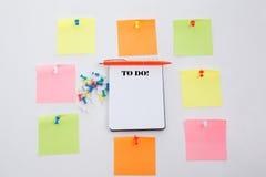 二十四个小时和每星期七天 概念在办公室桌、笔记薄和五颜六色的铅笔写 看法从上面与拷贝温泉 免版税库存图片