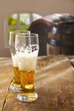 二半被喝的杯啤酒 库存图片
