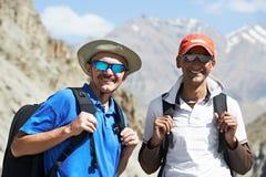 二印度山的微笑的旅游远足者 免版税库存图片