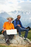 二印度山的微笑的旅游远足者 库存图片