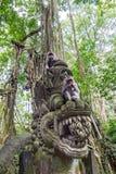 二只吃猴子在巴厘岛Ubud森林里 免版税库存照片