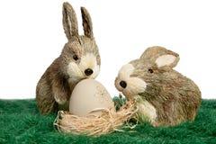 二只装饰品兔子用在嵌套的鸡蛋 库存图片