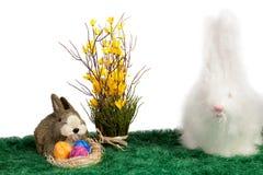 二只逗人喜爱的毛茸的复活节兔子兔子 免版税库存图片