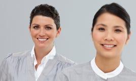二名不同种族的女实业家纵向  免版税图库摄影