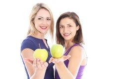 二名健康妇女用苹果 免版税库存照片