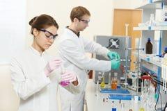 二名化学家研究员工作者在实验室 库存照片