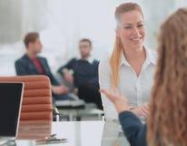 二名女实业家开非正式会议在现代办公室 免版税图库摄影