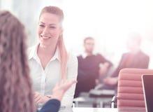 二名女实业家开非正式会议在现代办公室 库存照片