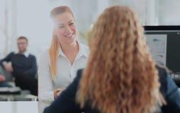二名女实业家开非正式会议在现代办公室 库存图片