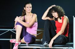 二名妇女在健身俱乐部解决 免版税库存图片